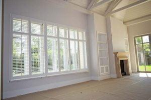 Białe shuttersy w salonie