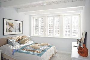Shutters aranżacja okna w sypialni