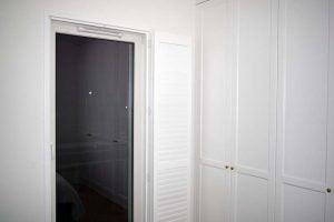 Biały shutters okno