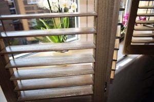 Shutters w salonie aranżacja okna